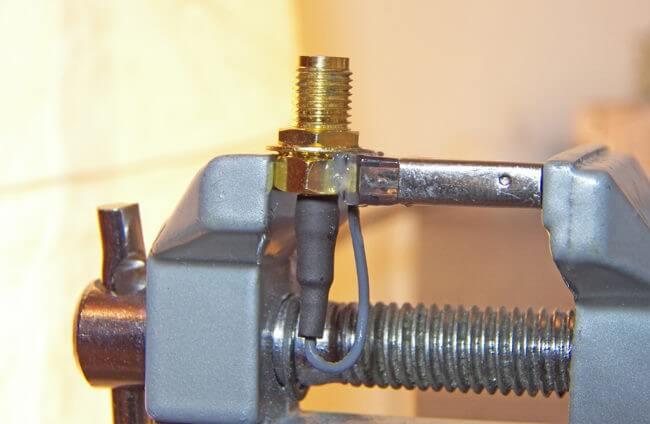 conector RP-SMA lipit pe carcasa adaptorului bluetooth lateral
