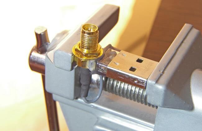 conector RP-SMA lipit pe carcasa adaptorului bluetooth sus